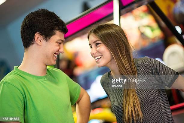 Zwei Freunde im amusement arcade