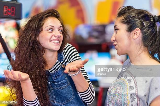 due amici nella sala giochi - amicizia tra donne foto e immagini stock