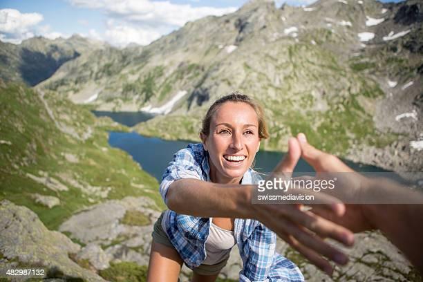 Zwei Freunde Klettern einen rock, ein, damit die andere – Sommer