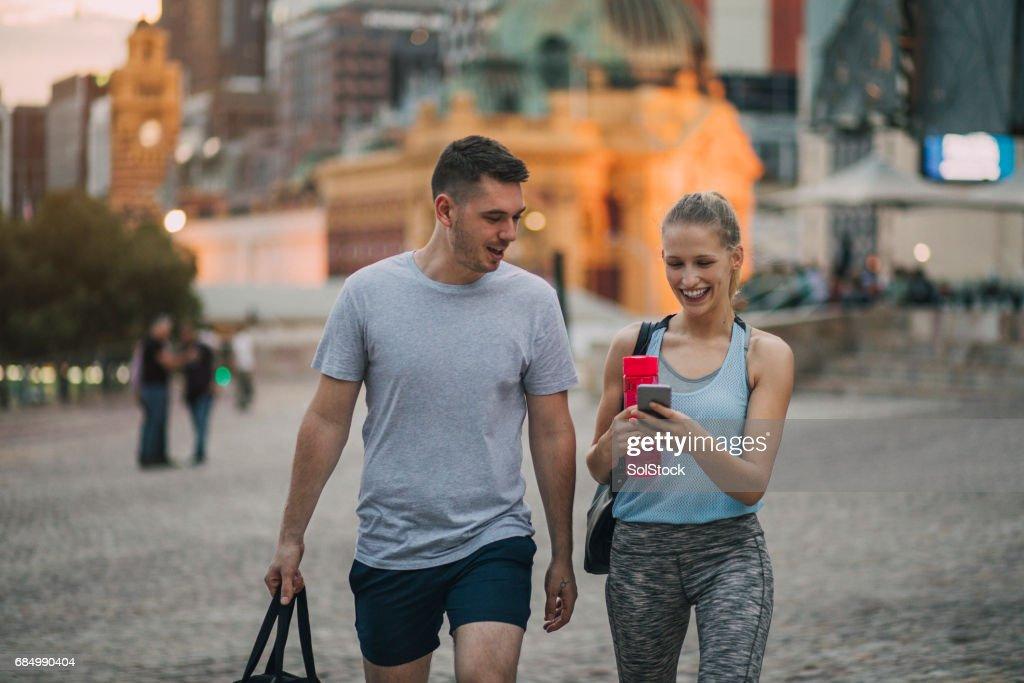 メルボルン市内中心部を歩いて Athleisure 服に身を包んだ 2 人の友人 : ストックフォト