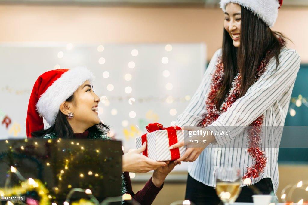 Zwei Freunde Die Austausch Von Weihnachtsgeschenk Stock-Foto | Getty ...