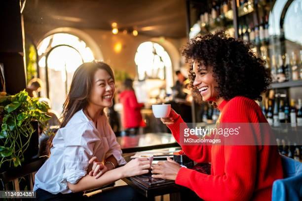 two friends having a coffee. - forza italia foto e immagini stock