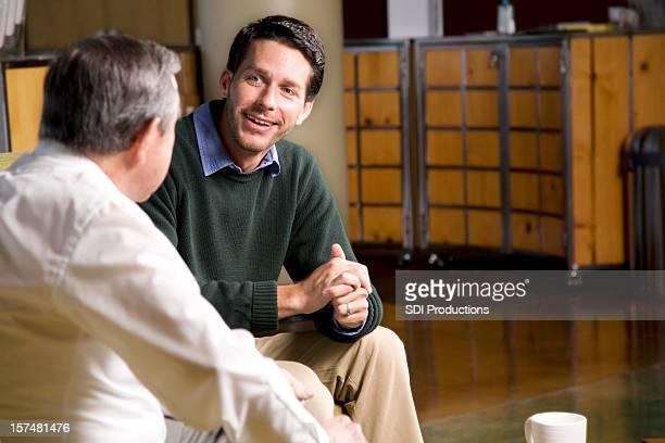 2 つのご友人と楽しい時間が一緒に話す - 説教師 ストックフォトと画像