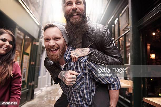 two friends having fun outside. london, england - 25 29 anos imagens e fotografias de stock