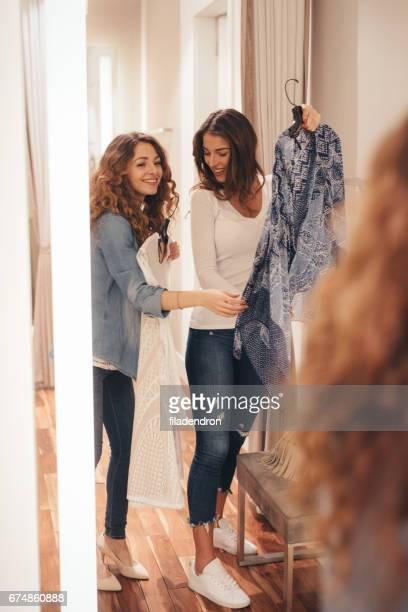 Zwei Freunde in einer Umkleidekabine