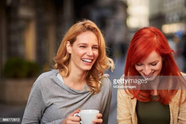 Twee vrienden lachen.