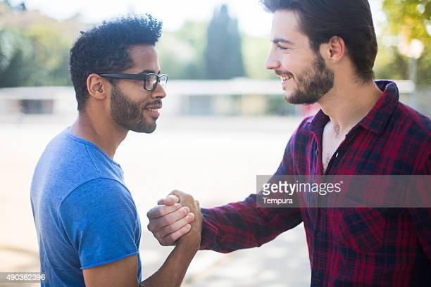 Zwei Freunde treffen und Umarmen in den Straßen von Barcelona.