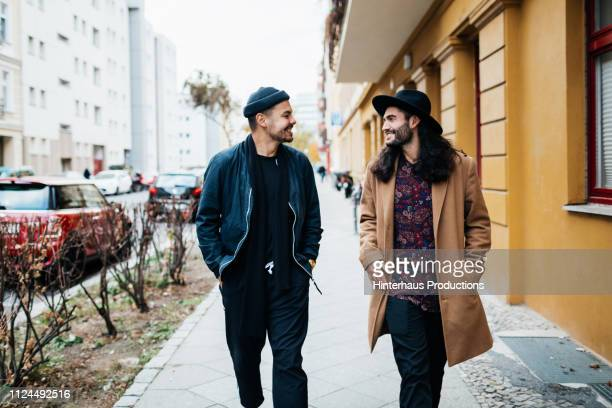 two friends on their way to bar together - a la mode photos et images de collection