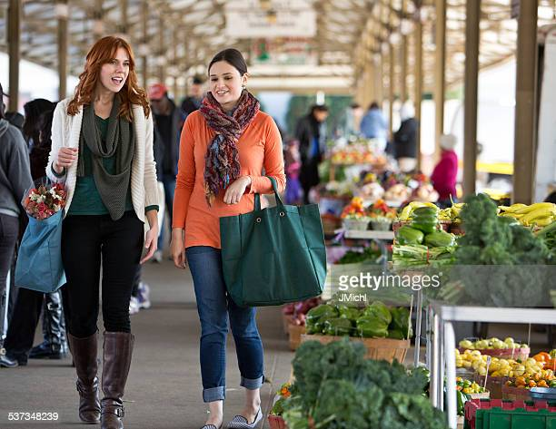 two friends shopping at a midwest farmers market. - farmers market stock pictures, royalty-free photos & images