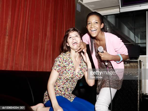 two friends singing in karaoke booth - karaoke stockfoto's en -beelden