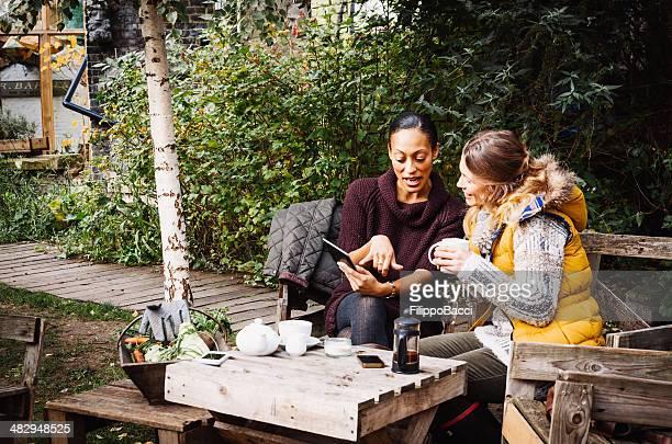 Deux amis Prenez le thé dans le jardin