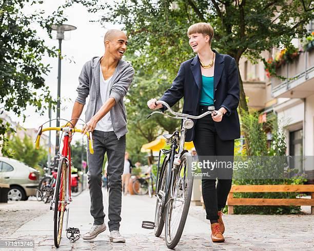 Zwei Freunde gehen in Berlin, Deutschland