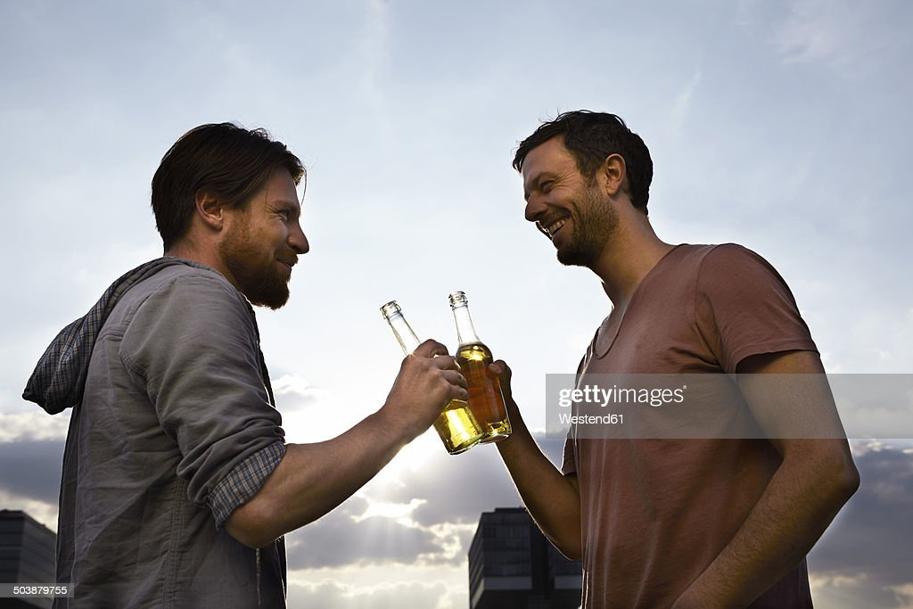 Two friends with beer bottles outdoors : Stock-Foto