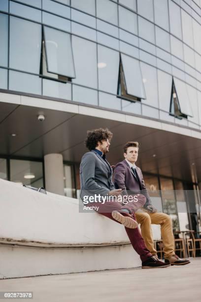 Zwei Freunde im gleichen Businesscenter arbeiten