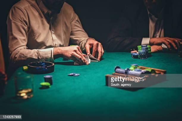 two gentlemen playing poker in casino - dar cartas imagens e fotografias de stock
