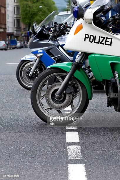 Zwei deutsche Polizei Motorräder-Seitenansicht
