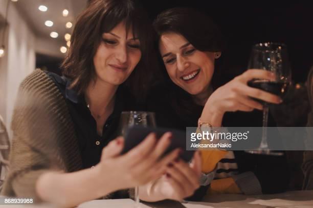 Twee vriendinnen wijn drinken