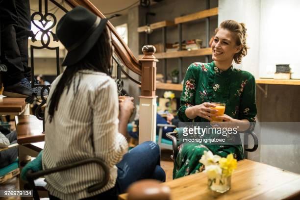 Zwei Freundinnen genießen ein Gespräch