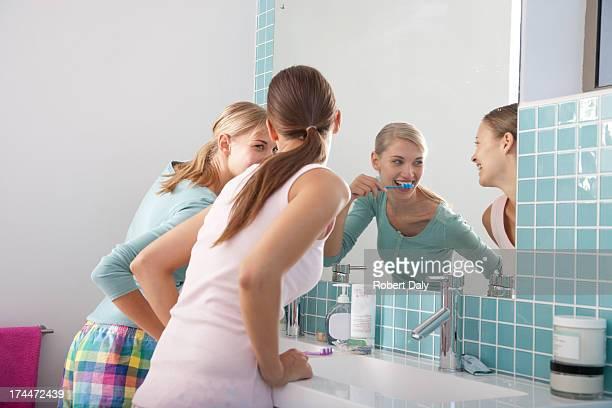 Zwei Freundinnen zusammen im Badezimmer