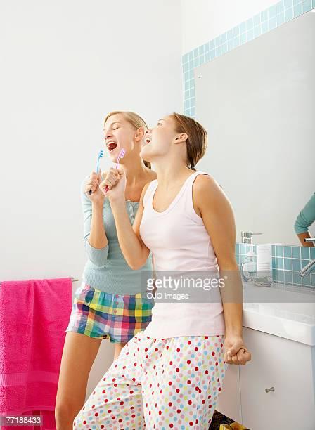 Deux copines ensemble de chant dans la salle de bains
