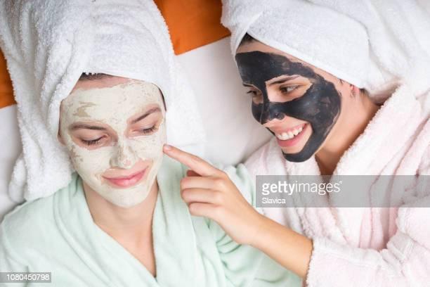 顔のマスクを身に着けている 2 つのガール フレンド - 粘土 ストックフォトと画像