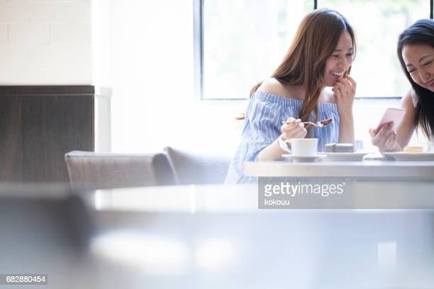 2 人の女の子は、チョコレート ケーキ、チーズケーキ。素敵な朝食。