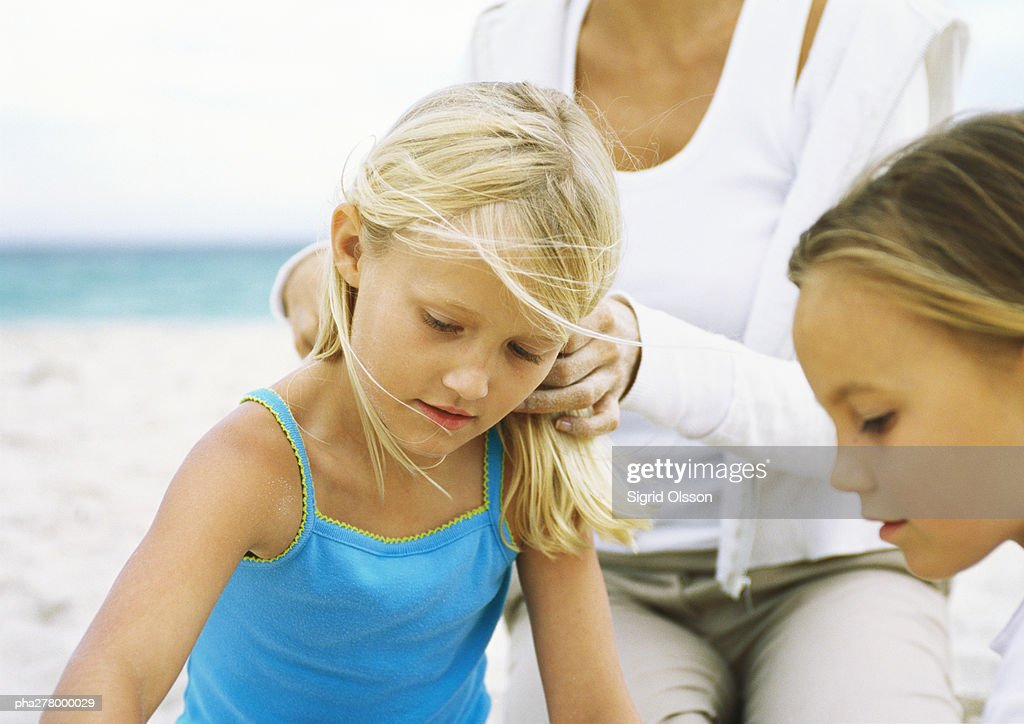 Two girls and mother on beach : Stockfoto