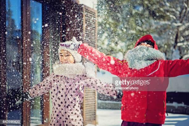 Deux filles jouent dans la neige