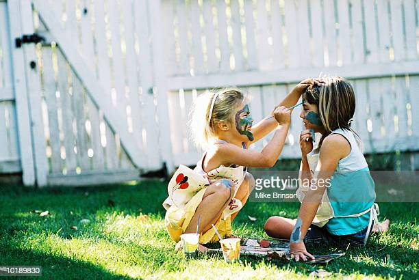two girls (8-10 years) face painting, outdoors - 10 11 jahre stock-fotos und bilder
