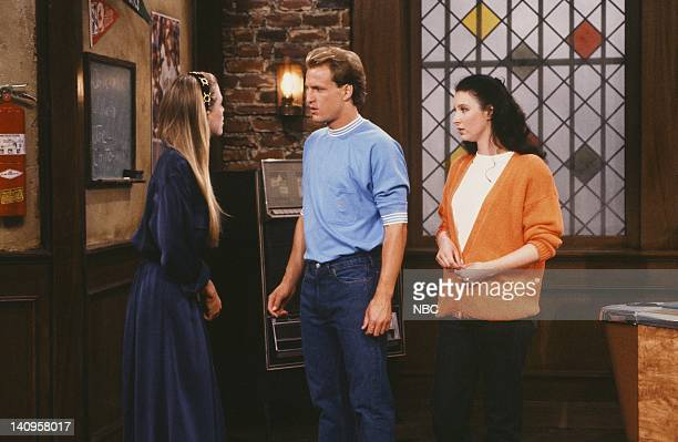 CHEERS Two Girls for Every Boyd Episode 9 Air Date Pictured Jackie Swanson as Kelly Gaines Woody Harrelson as Woody Boyd Lisa Kudrow as Emily Photo...
