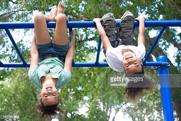 Duas Meninas pendurar de cima para baixo
