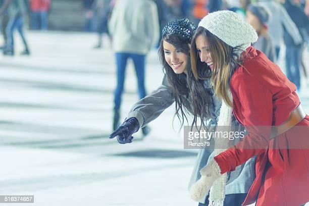 Dos chicas de patinaje sobre hielo