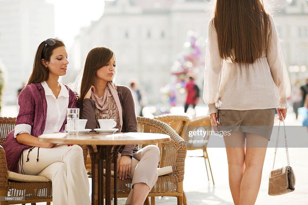 Zwei Mädchen auf das Mädchen vorbei an. : Stock-Foto