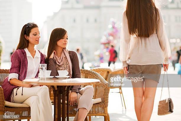 Due ragazze guardando la ragazza passa da.