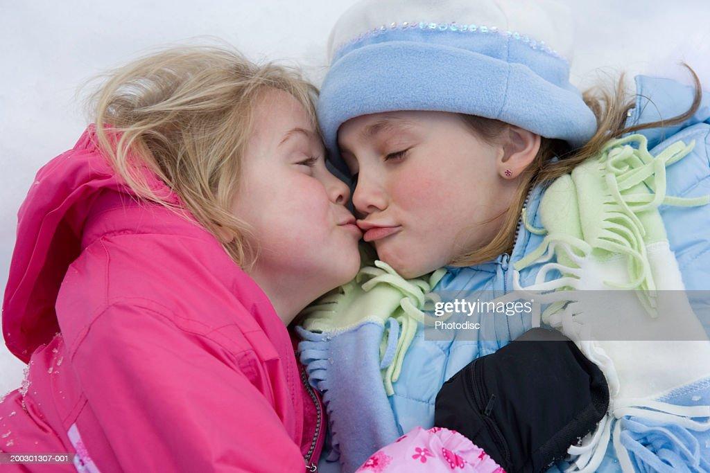 Girls kissing girls 4