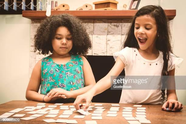 duas meninas tocando - carta de baralho jogo de lazer - fotografias e filmes do acervo