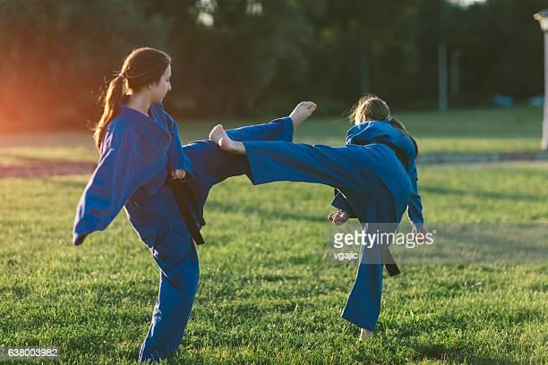 Zwei Mädchen üben Aikido