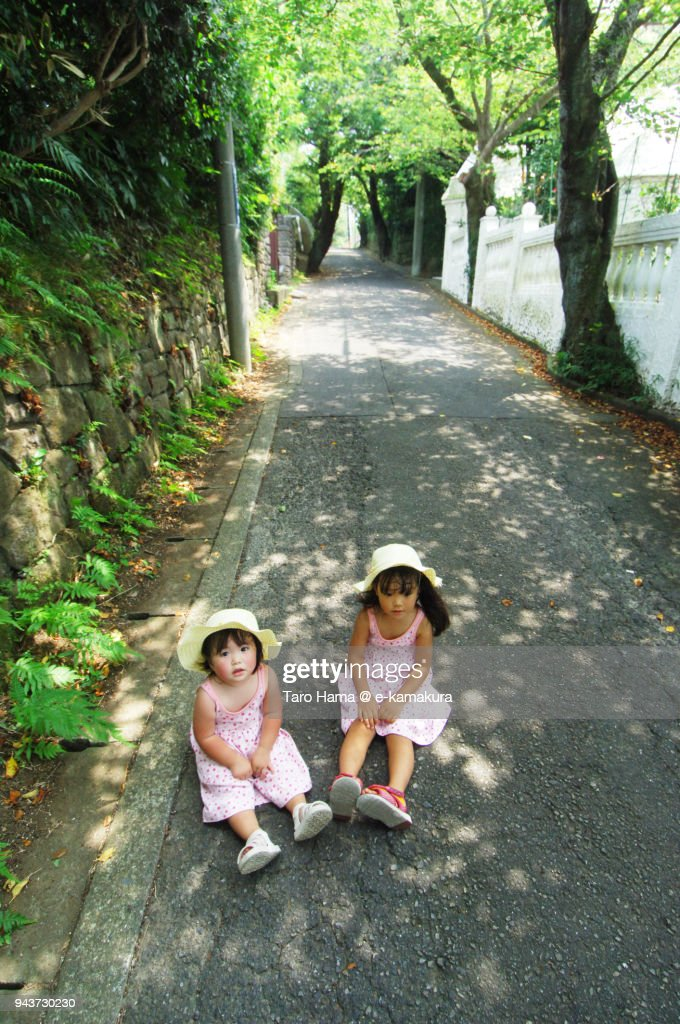 Two girls sitting on the hiking course in Kamakura in Japan : ストックフォト