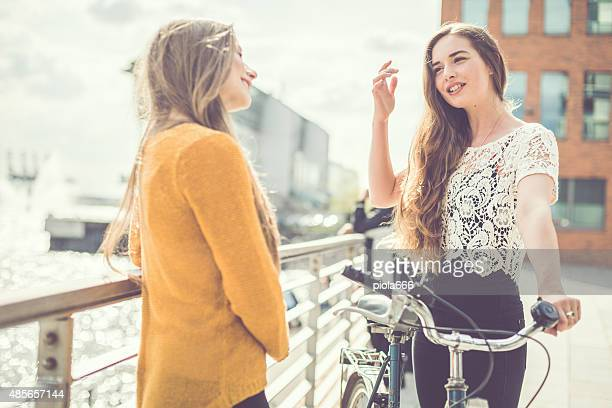 Deux jeunes filles parlant en plein air