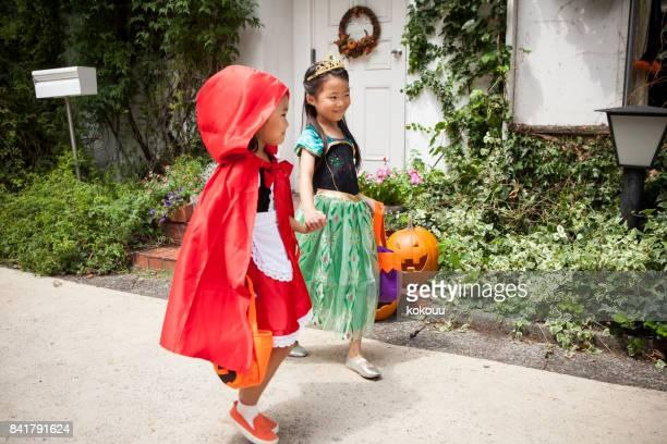 歩いて二人の女の子は、お互いの手します。