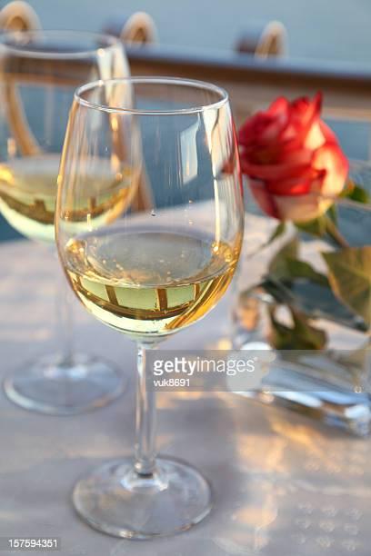 Dois copo de vinho e vermelho Rosa sobre a mesa