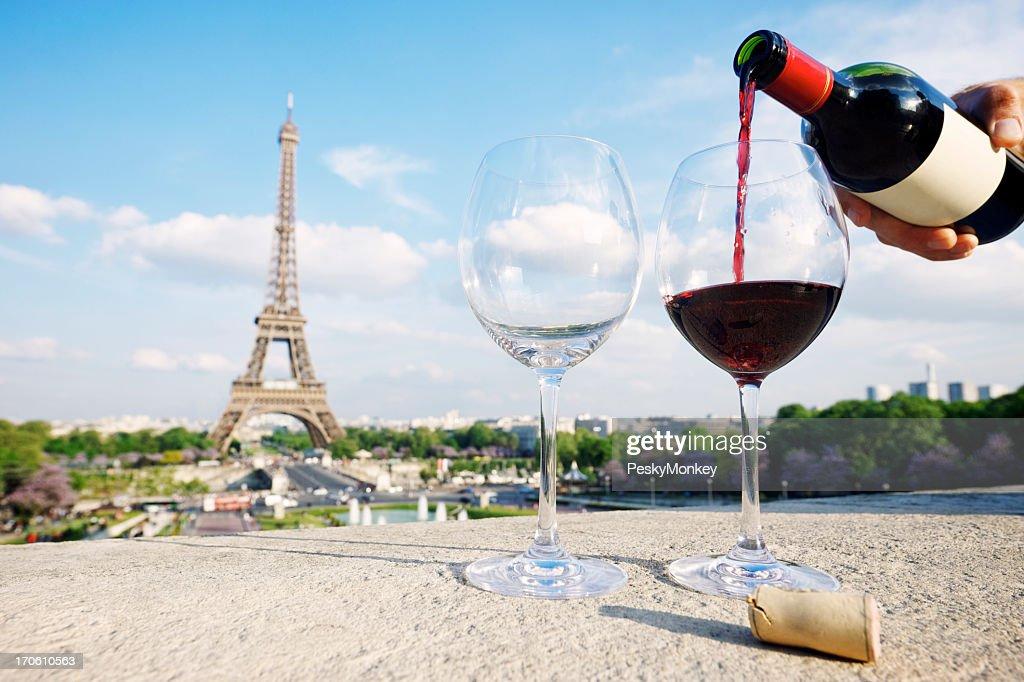 Zwei Gläser und eine Flasche Rotwein auf Eiffelturm : Stock-Foto
