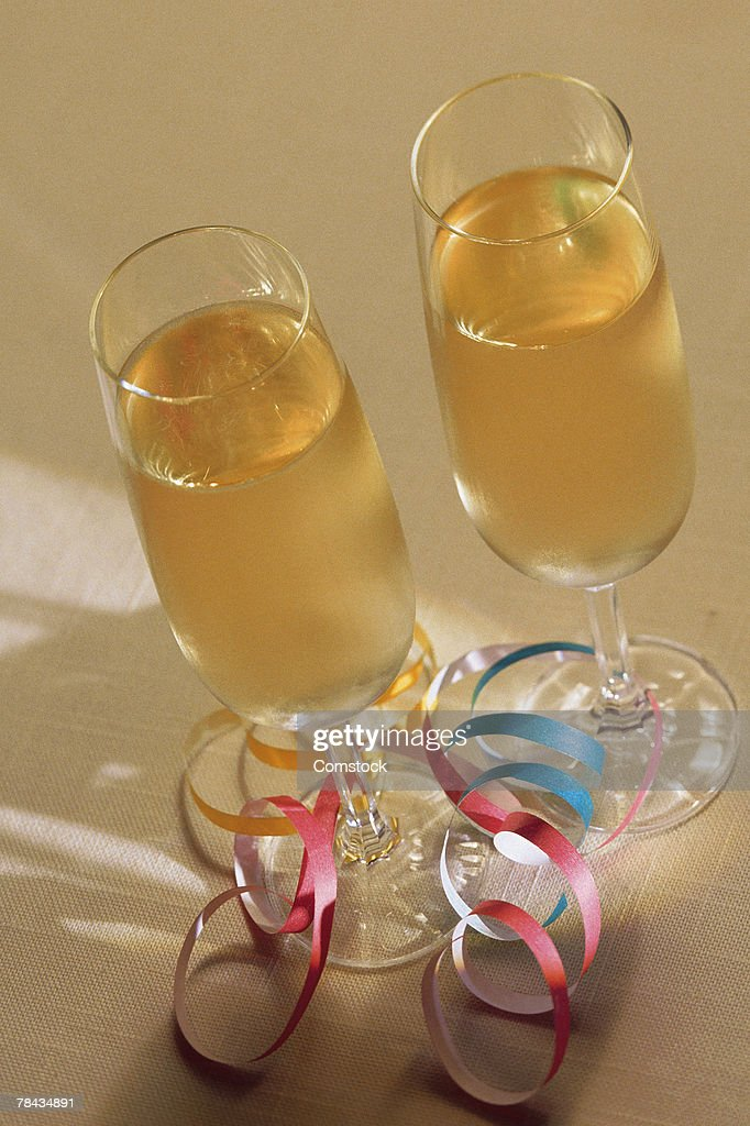 Two glasses of champagne and ribbons : Stockfoto