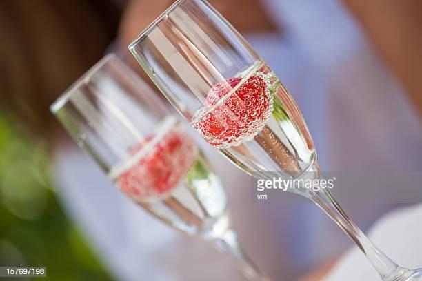 Zwei Gläser Sekt Mit Erdbeeren