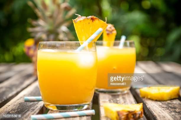 two glasses of pineapple champage cocktail - fruit exotique photos et images de collection