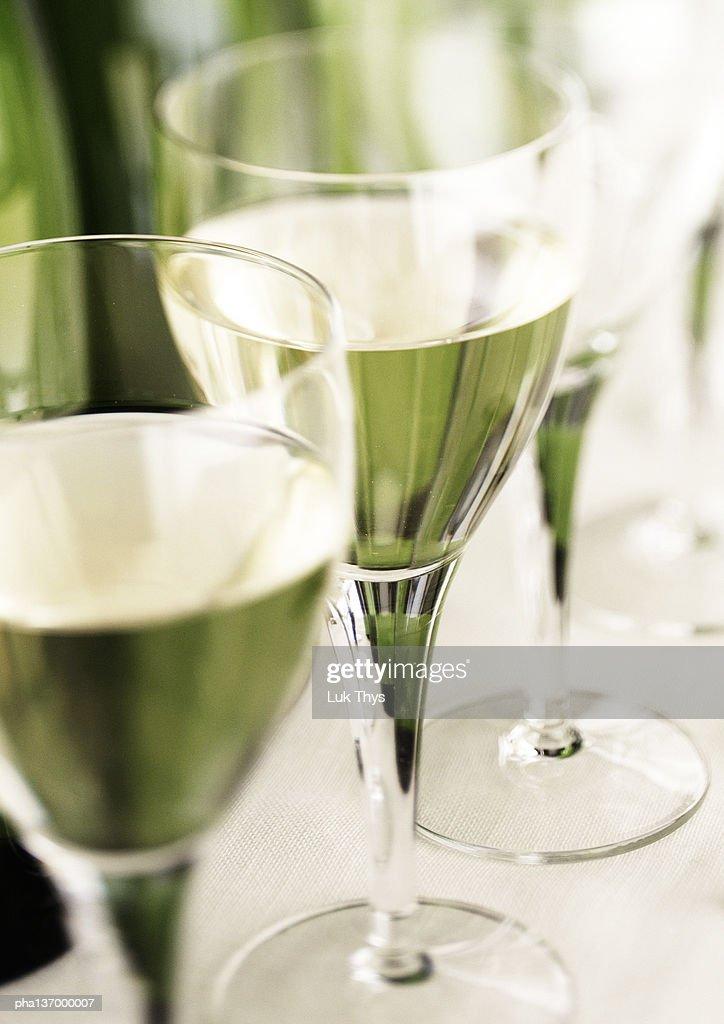 Two glasses of white wine. : Stockfoto