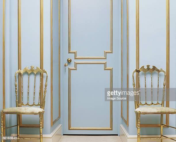 two gold chairs in an empty room - ornamentado fotografías e imágenes de stock