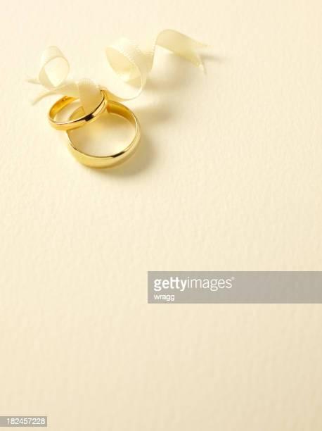 dois ouro alianças de casamento - wedding invitation imagens e fotografias de stock