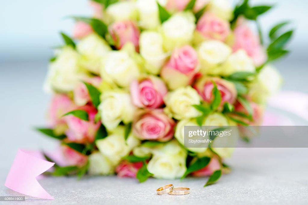 Zwei Goldene Hochzeit Ringe Mit Wunderschonen Blumen Bouquet Auf Den