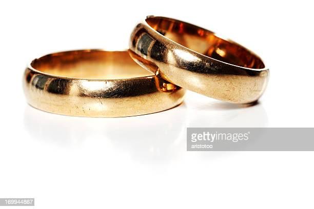 Zwei goldene Hochzeit Ringe, isoliert auf weiss